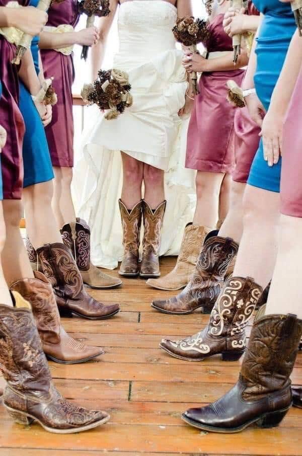 Fotos de novia con damas de honor con temática vaquera