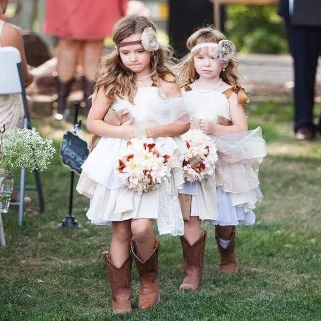 Pajesitas vestidas con botas vaqueras para boda