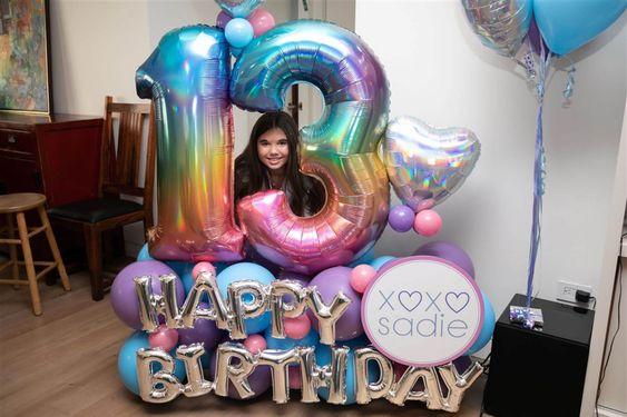 Diseños de arreglos gigantes con globos para cumpleaños