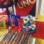 Mesas de postres para fiesta de UNO